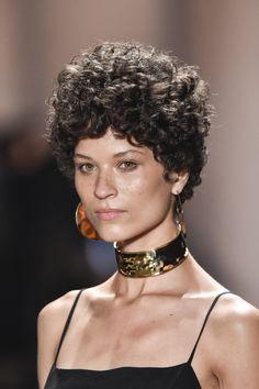Cabelos curtos e naturais estão fazendo a cabeça de modelos e celebridades