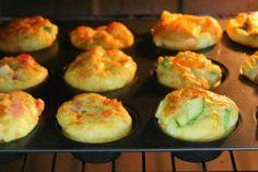 """MUFFIN DE OMELETE 1. Na forma para muffin/cupcake coloque os recheios que preferir. 2. Em um bowl bata 8 ovos inteiros. 3. Despeje os ovos batidos nos buracos e coloque o líquido até a bordinha mesmo. 4. Leve ao forno pré aquecido a 200 graus por 20 minutos. 5. Eles crescem e ficam uma gracinha. 6. Quando você tira do forno, eles dão uma murchadinha básica… não estranhe! Fica uma delícia e uma refeição super """"proteinada""""."""