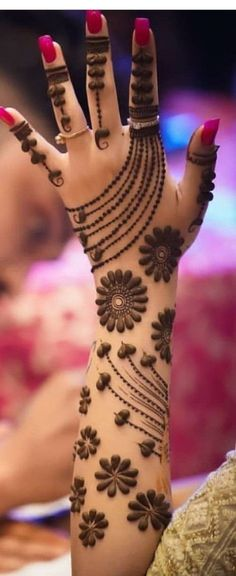 These stuning simple mehndi designs will suits you on every occassion. In Indian culture, mehndi is very important. On every auspicious occasion, women apply mehndi to show the importance of the occasion. Easy Mehndi Designs, Henna Hand Designs, Dulhan Mehndi Designs, Latest Mehndi Designs, Bridal Mehndi Designs, Mehandi Designs, Arte Mehndi, Mehndi Designs Finger, Mehndi Designs For Girls