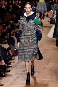 「サカイ(SACAI)」が2017-18年秋冬コレクションをパリで発表した。