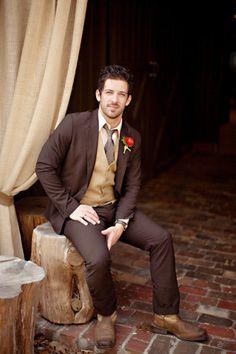Menn: dress i brun, beige, og grå toner. Gjerne litt grov tekstil. Litt retro, gerne brune sko er kjempe flott