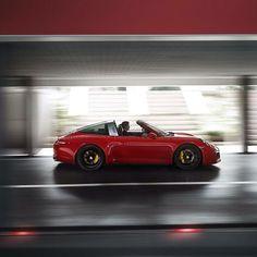 Un auto hecho para conquistar los límites de la velocidad. El nuevo 911 Targa 4 GTS posee una velocidad máxima de 303 km/h algo más que inalcanzable.