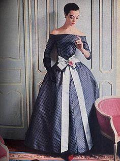 Christian Dior P/E Photo Henry Clarke. Vintage Fashion 1950s, Fifties Fashion, Retro Fashion, Vintage Glamour, Vintage Ladies, Fashion Photo, Fashion Models, Vintage Dresses, Vintage Outfits