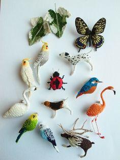 Мне трудно разбираться в именах японцев, зато качество их творчества не вызывает сомнения! Японка Hipota Kuwagata занимается миниатюрной работой - она вяжет иглой. Именно вяжет и именно иглой. У нее создано очень много брошей, игрушек, она создает животный мир, растения с корнями и в горшках, даже…