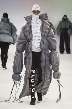 See all the Collection photos from Manchester School Of Art Autumn/Winter 2015 Ready-To-Wear now on British Vogue Unique Fashion, Weird Fashion, Fashion Details, Fashion Art, High Fashion, Winter Fashion, Fashion Outfits, Fashion Design, Fashion Fashion