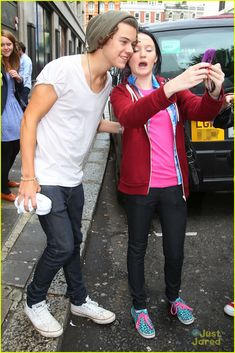 Full Sized Photo of one direction sony studios 10 | One Direction: Fan Friendly Outside Sony Studios | Just Jared Jr.