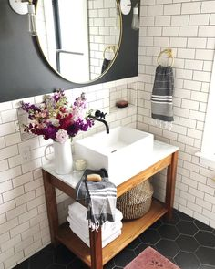 Verwenden Sie die U-Bahn-Fliese im Badezimmer salle de bain deco carrelage métro blanc gris foncé, Bad Inspiration, Bathroom Inspiration, Small Bathroom, Tiled Bathrooms, Luxury Bathrooms, Bathroom Ideas, Bathroom Renovations, Bathroom Faucets, Bathroom Flowers