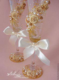 Купить или заказать Свадебные бокалы 'Золото в бежевом' в интернет-магазине на Ярмарке Мастеров. Свадебные бокалы серии 'Золото в бежевом'. Свадебные бокалы фирмы Богемия (высота 25,5 см. ВЫСОКИЕ!) оформлены цветами из полимерной глины двух оттенков, жемчугом, стразами, атласным бантом. Подходит для свадьбы в бежевых и золотых тонах. Другие аксессуары из этой серии можно увидеть здесь: www.livemaster.ru/item/1422383-svadebnyj-salon-papka-dlya-svidetelsva-o-brake www.livemaster.