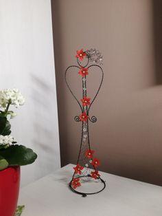 ✳+Anděl+do+červena+....+...+je+vyroben+z+černého+žíhaného+drátu.+Celková+výška+je+35+cm.+Určeno+do+interieru. Wire Trees, Wire Art, Diy And Crafts, Sculpture, Iphone 6, Projects, Wire, Beading, Atelier