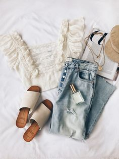 Super cute outfit! Love this relaxed beige and blue style! Some say boring, but i say classic! | Stylish outfit ideas for women who love fashion!