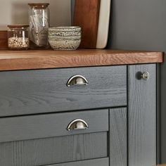 The classic Shaker design and veneered centre panel of this door is brought up to date with a bold shade of grey. Choose extra wide drawer packs to increase storage and add a modern, linear feel to the kitchen. Timber Kitchen, Shaker Style Doors, Slate Grey, Grey Kitchen Island, Door Fittings, Kitchen Fittings, Tewkesbury, Kitchen Island Oak, Traditional Tile