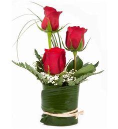 Discover thousands of images about Rosas Deco Floral, Arte Floral, Floral Design, Arrangements Ikebana, Floral Arrangements, Fresh Flowers, Beautiful Flowers, Valentines Flowers, Table Flowers