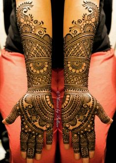 Legs are a very beautiful canvas for showcasing Mehndi. It is a tradition for the Indian bride to apply mehndi both on the hands and the legs. Dulhan Mehndi Designs, Latest Bridal Mehndi Designs, Mehndi Designs 2018, Modern Mehndi Designs, Wedding Mehndi Designs, Mehndi Design Pictures, Beautiful Mehndi Design, Mehndi Images, New Mehndi Designs Images