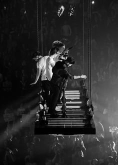 One Direction flying over the crowd at the TMH European tour. One Direction Harry, One Direction Pictures, One Direction Concert, Sea Wallpaper, Purple Wallpaper, One Direction Wallpaper, Midnight Memories, Take Me Home, James Horan