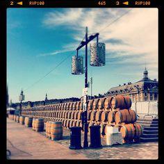 Bordeaux fête le vin - barriques sur les quais