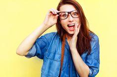 Primer plano de chica asombrada tocando sus gafas Foto Gratis