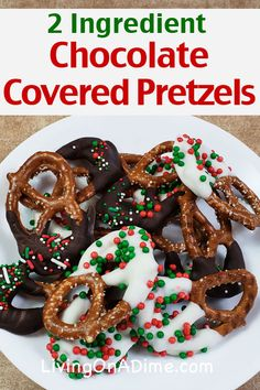 christmas candy This easy chocolate covered pretzels recipe uses just 2 ingredients, but you can also add candy sprinkles! It is a wonderful easy Christmas candy recipe that can be made in just a few minutes and the result is oh so delicious! Easy Christmas Candy Recipes, Easy Candy Recipes, Christmas Desserts Easy, Christmas Snacks, Christmas Cooking, Fudge Recipes, Holiday Recipes, Diy Christmas, Cookie Recipes