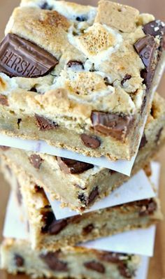 S'mores Bars Recipe ~ thick, chewy and delicious… and taste like s'mores and a chocolate chip cookie combined!S'mores Bars Recipe ~ thick, chewy and delicious… and taste like s'mores and a chocolate chip cookie combined! Smores Dessert, Dessert Bars, Smores Cookies, Bar Cookies, Dessert Food, Yummy Treats, Sweet Treats, Yummy Food, Tasty
