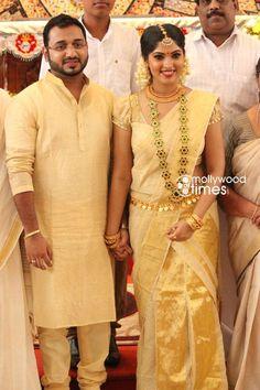 Muktha began her acting career in the critically acclaimed film 'Achanurangatha Veedu'. Kerala Wedding Saree, Kerala Bride, Kerala Saree, Hindu Bride, South Indian Bride, Saree Wedding, Malayali Bride, Kerala Traditional Saree, Desiner Sarees