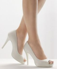 ¿Como escoger tus zapatos de novia? Bridal Shoes, Wedding Shoes, Baskets, Sexy Legs And Heels, High Shoes, Pumps, Pretty Shoes, Dream Shoes, Christian Louboutin Shoes