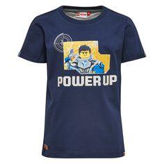 Jongens blauwe tshirt Lego Nexo Knights power up van het kinderkleding merk legowear  Deze blauwe tshirt is voorzien van een korte mouw en een ronde hals. De schirt heeft een tekening van het Knexo knights figuur Clay en de tekst : Power Up