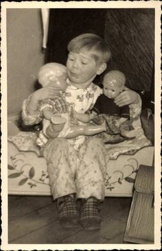 Foto Ak Kind mit zwei Schildkröt Puppen - 1539765 in Sammeln & Seltenes, Ansichtskarten, Motive | eBay