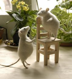 Artist Natasha Fadeeva does the most lovely needle felted animals. I've admired them for years.