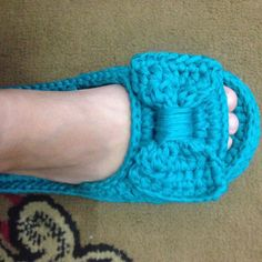 Pantufa peep toe em fio de malha, tamanho 36/37 Cute Slippers, Slippers For Girls, Knitted Slippers, Filet Crochet, Shoe Crafts, Crochet Woman, Knitting Socks, Crochet Projects, Peep Toe