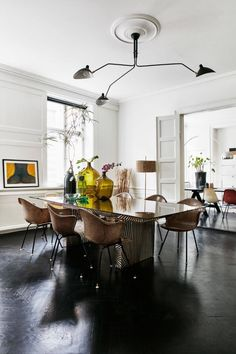 Get inspired by these dining room decor ideas! From dining room furniture ideas, dining room lighting inspirations and the best dining room decor inspirations, you'll find everything here! Dining Room Design, Dining Area, Kitchen Dining, Eames Dining, Dinning Table, Dining Rooms, Turbulence Deco, Scandinavian Apartment, Spring Home Decor