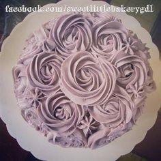 Lilac cake decorated with buttercream flowers  Pastel lila decorado con flores de betún de mantequilla