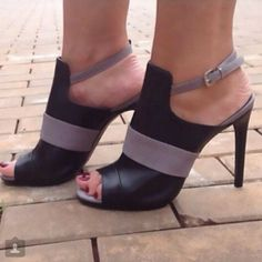 Mesclado ao preto ou sozinho, o cinza sai dos detalhes e vira protagonista nos sapatos mais desejados do momento!