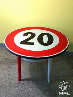 Tavolino da caffè con segnale stradale #soreadystyle #signs #tavolino #segnalestradale #ecodesign #upcycle - di So.Ready Lab - soreadylab.etsy.com