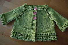 önden düğmeli yeşil renkli örgü bebek hırkası modeli