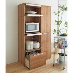 大型オーブンレンジまでまとめて隠せる天然木調レンジ台。キッチン家電をひとまとめで収納、使わない時や来客時にフラップ扉でサッと隠せるキッチン収納家具。ダイニングボード、キッチンストッカーとして便利です。 Kitchen Furniture, Wood Furniture, Study Table Designs, Kitchen Organization, Bookcase, Sweet Home, Shelves, House Design, Living Room