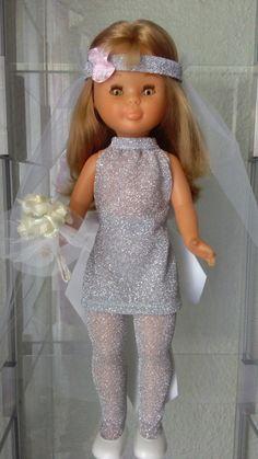 Mi parejita de novios     Que carita tiene la novia Pram Toys, Nancy Doll, Wellie Wishers, Little Darlings, American Girl, Doll Clothes, Flower Girl Dresses, Dolls, Sewing