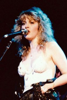 40 Candid Color Photographs Capture a Young and Beautiful Stevie Nicks on Stage in the and ~ vintage everyday Stevie Nicks Fleetwood Mac, Stevie Nicks Young, Stevie Ray, Stevie Nicks 70s, Stephanie Lynn, Linda Ronstadt, Women Of Rock, Estilo Rock, Women In Music