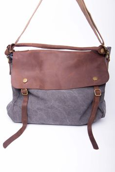 classic messenger bag: cool made in felt with a leather flap. Fashion Mode, Fashion Bags, Fashion Accessories, Womens Fashion, Diy Fashion, My Bags, Purses And Bags, Beautiful Bags, Weekender