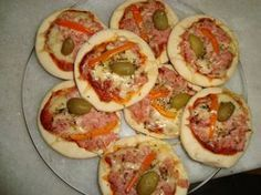 Mini-pizza, uma excelente pedida para o lanche do final da tarde ou para a reunião com os amigos! Pode ser feita também para vender. Uma delícia! INGREDIEN