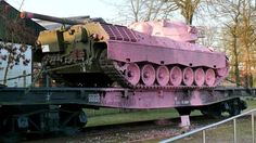 """Unbekannte haben den Panzer angemalt. Der Panzer, der in Munster vor dem Deutschen Panzermuseum steht, ist seit Freitag ein """"Pink Panzer"""". In der Nacht haben Unbekannte dem Kettenfahrzeug einen rosafarbenen Anstrich verpasst. Nach Angaben einer Sprecherin..."""