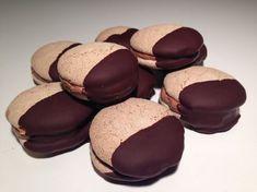 Skønne komtesse vafler. Disse er bagt på hasselnødder og lagt sammen med en skøn chokolade smørcreme. Halvdelen af komtesse vaflen dyppes i mørk chokolade