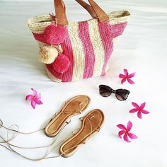 Everything I need for today in this pom pom tote. I'm carrying snacks, diapers, sunscreen, toys and the husband's things  / #beachlife
