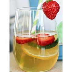 Detox Iced Green Tea 1 green tea bag or Keruig cup 1 slice lemon 1 tsp Stevia 2 strawberries, sliced 2 slices cucumber (water recipes stevia) Detox Drinks, Healthy Drinks, Get Healthy, Healthy Recipes, Healthy Water, Healthy Smoothies, Healthy Food, Healthy Detox, Smoothie Drinks