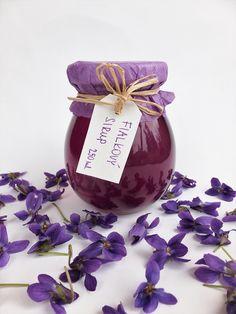 Fialkový+sirup+Sirup+z+květů+violky+vonné.+Složení:+výluh+z+fialek,+cukr+(kvůli+barvě+použitý+bílý,+možno+zhotovit+na+přání+i+z+hnědého),+bio+citron+Obsah:+250+ml+Užívání:+3x+denně+1+lžíci+(vhodný+do+koktejlů,+na+výrobu+domácí+limonády,+do+čaje,+přidáváme+do+jídel+-+např.+na+palačiny,+moučníky,+dorty,+zmrzlinu)+Uchovávejte+v+chladu+a+temnu.+Spotřebujte+...
