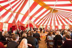 vintage circus theme wedding | Le Vin d'honneur se passe à l'extérieur, avec les hommes perchés ...