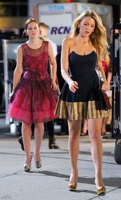 Blake Lively and Leighton Meester on the set of 6th season of Gossip Girl!  They have always so beautiful dresses!!! Leighton is wearing a REDValentino dress.