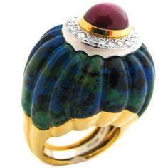 Inel din aur galben şi platină, cu azurmalahit sculptat, diamante şi un rubin caboşon, creaţie David Webb. Artă americană, cca. 1980.