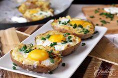 Dnešní recept zahrnuje výbornou směs sýru, cibule a česneku, kterou jsou naplněny brambory. Vršek uzavírá celé vajíčko, které je posledním dílem bramborové skládanky. Rychlá večeře, při jejíž přípravě nepotřebujete přílíš nádobí. Ingredience   2 velké brambory 1 střední cibule, nakrájená 4