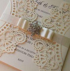 Laser cut wedding invitation with Crystal por WeddingParaphernalia
