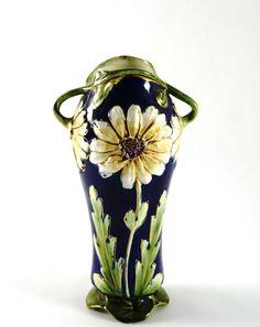 Jugendstil-Keramikvase. Blütenreliefdekor, polychrom staffiert. Um 1900. H 22,5 cm. Aus einer bede — Jugendstil und Art Déco