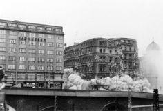 Při stavbě magistrály v sedmdesátých letech 20. století byl odstraněn celý blok činžovních domů nad Muzeem. History Photos, Czech Republic, Prague, Street View, Photography, Historia, Photograph, Historical Pictures, Fotografie